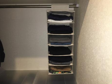 最近、無印良品で吊るすタイプのシャツホルダーを買いました。これが服や小物の一時置き場としてすごく重宝しています。
